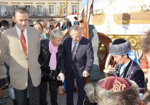 AFFICHES PARISIENNES : Le Kazakhstan s'installe place du Palais Royal